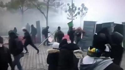 Un manifestant se met KO tout seul en renvoyant une grenade lacrymo