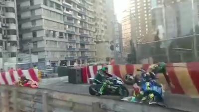 Un énorme carambolage pendant un Grand Prix Moto qui envoie trois pilotes à l'hôpital