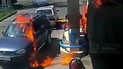 Il met le feu à une station service en éclairant sa citerne avec un briquet