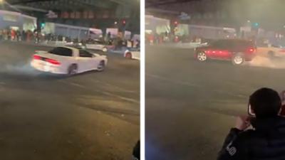 Des voitures bloquent une intersection pour faire des burns