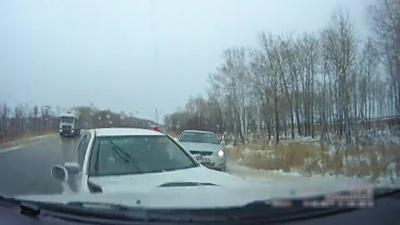 Plusieurs voitures s'explosent au même endroit à cause d'une route verglacée