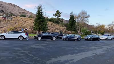 Des bouchons de Tesla devant les bornes de recharge pendant Thanksgiving