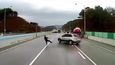Il va prévenir les automobilistes de ralentir mais manque de peu de se faire faucher à deux reprises