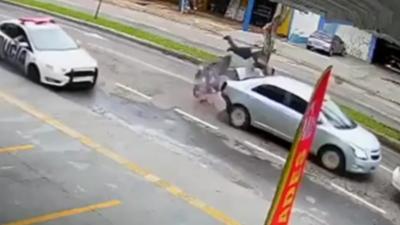 Un motard veut échapper à la police mais percute violemment une voiture à l'arrêt