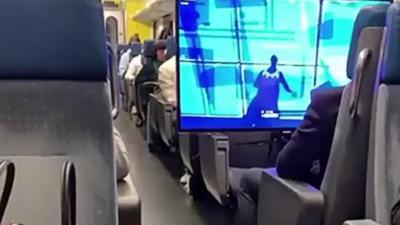 Il emmène sa télé et sa PS4 dans un train pour jouer à Fortnite