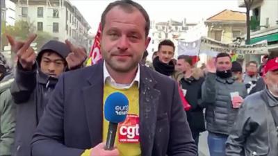 Un journaliste imperturbable pendant qu'il se fait chahuter lors de la manifestation du 5 décembre