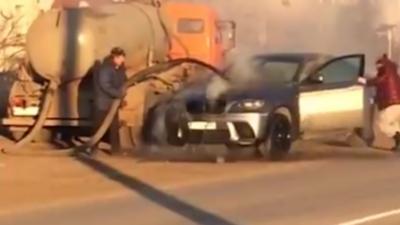 Une BMW X6 en feu est éteinte avec des centaines de litres de caca