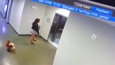 Un homme sauve un chien avant qu'il ne se face happer par un ascenseur