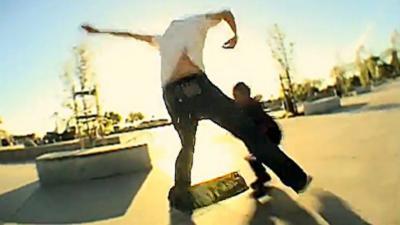 Un skateur percute un enfant et se fait tabasser par la mère