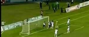 Un kiné brésilien arrête un but et s'enfuit du stade