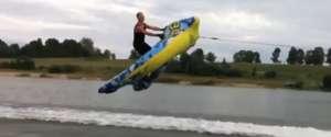 Une bouée gonflable tracté par un jet-ski à pleine vitesse