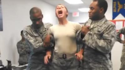 Une femme militaire va avoir un très mauvais réflexe en se faisant taser pour la première fois