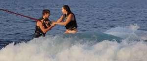 Demande en mariage pendant une session de Wakesurf en bateau
