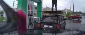 Un pompiste fait un backflip sur le toit d'une voiture d'un client