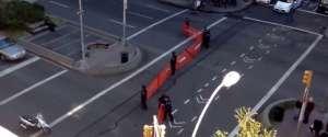 La police essaie d'attraper des skateurs dans un filet