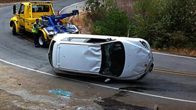 Une dépanneuse met une voiture dans un ravin par accident
