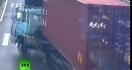Une Chinoise sur son scooter évite de peu un camion
