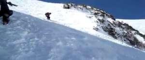 Une femme chute et dévale la montagne la tête la première