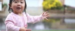Une petite fille découvre la pluie