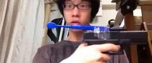 Se brosser les dents avec un pistolet automatique